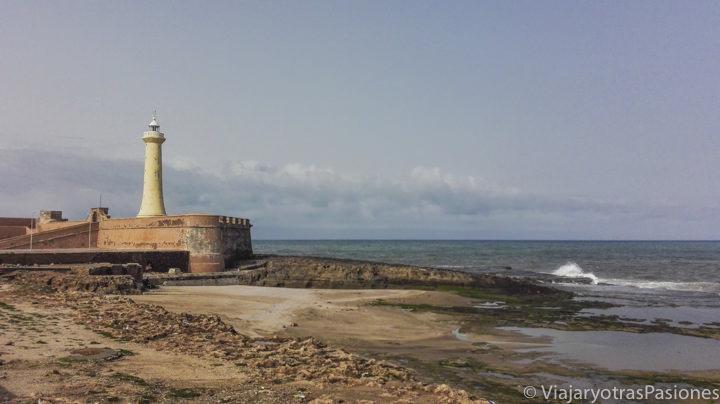 Fotogénico faro de Rabat frente a la playa de Rabat en un día en Marruecos