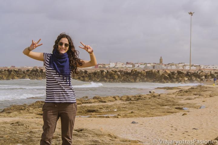 Sonriendo en la playa de Rabat en Marruecos