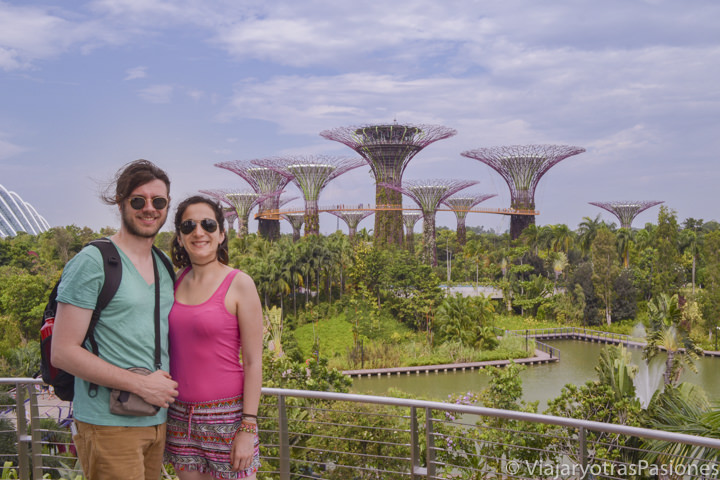 Retrato de pareja en Gardens by the bay en Singapur en un día