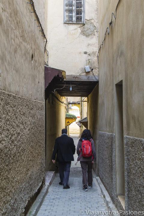 Paseando por el barrio de los andaluces con nuestro guía en la medina de Fez en Marruecos