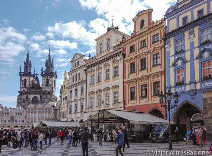 Bonita vista de la Plaza Vieja en el centro de Praga, República Checa