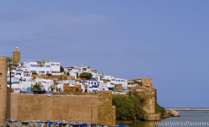 Imagen lejana de la Kasbah des Oudayas, Rabat, Marruecos