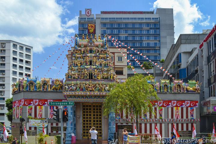Fachada del templo Sri Veeramakaliamman en Little India en Singapur en un día