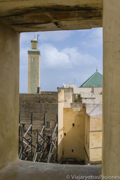 Increíble vista de la madrasa Al-Attarine en la medina de Fez en Marruecos