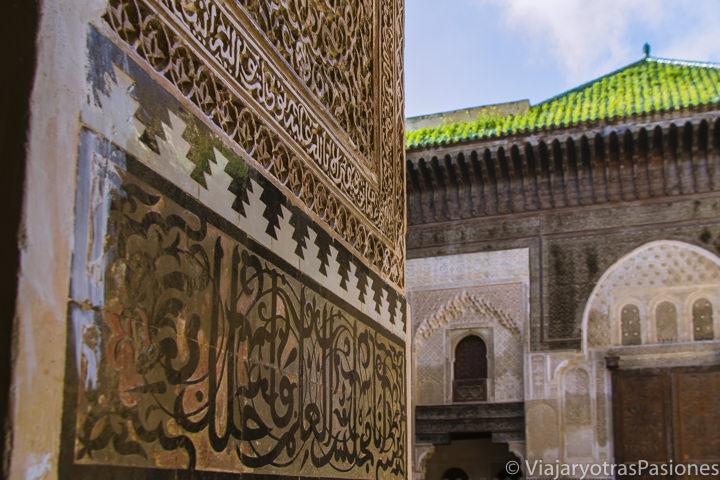 Increíbles decoraciones a la entrada de la madrasa Bou Inania en la medina de Fez en Marruecos