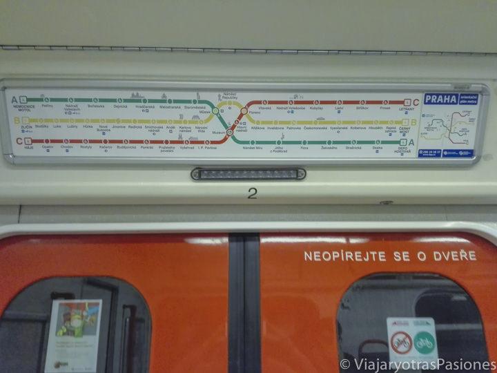 Mapa del metro de Praga en uno de los trenes de la red, República Checa