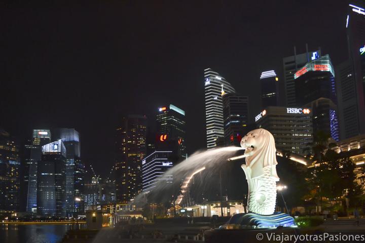 Símbolo de Singapur, el Merlion, frente a rascacielos en Marina Bay en Singapur en un día