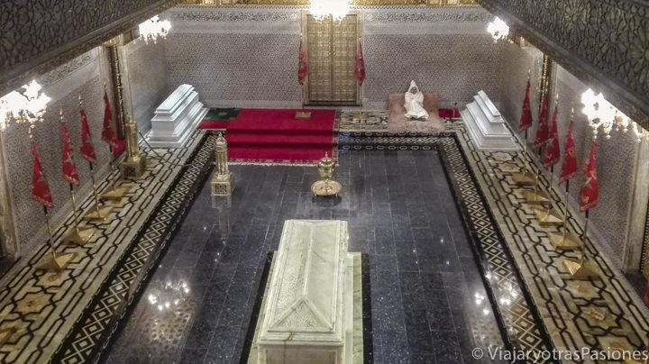 Interior de la tumba Mausoleo del rey Mohammed V en Rabat en un día en Marruecos