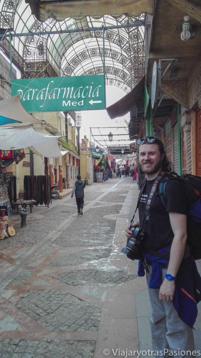 Sonriendo en una calle de la medina de Rabat en Marruecos