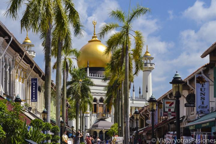 Bonita vista de la mezquita del Sultán en Singapur en un día