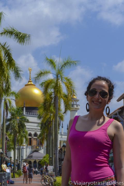Retrato frente a la mezquita del Sultán en Singapur en un día