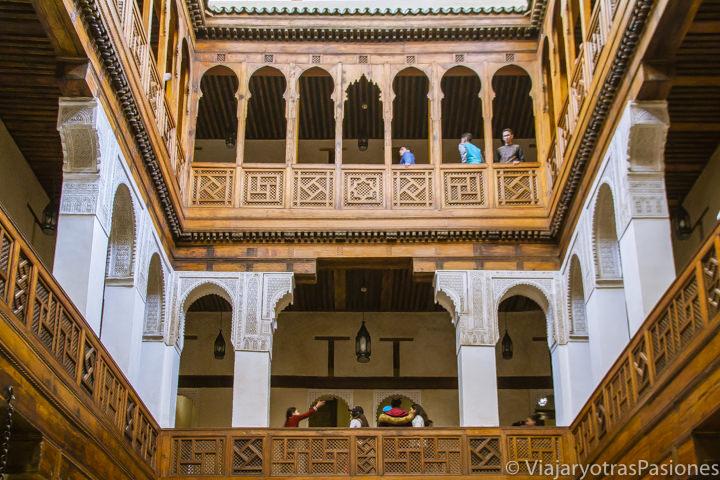 Patio interior del precioso museo de la madera en Fez en Marruecos
