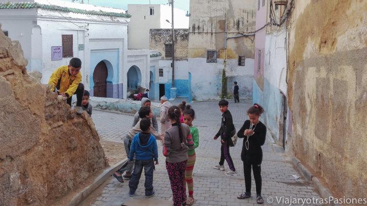 Niños que juegan en el barrio judío de Fez en Marruecos