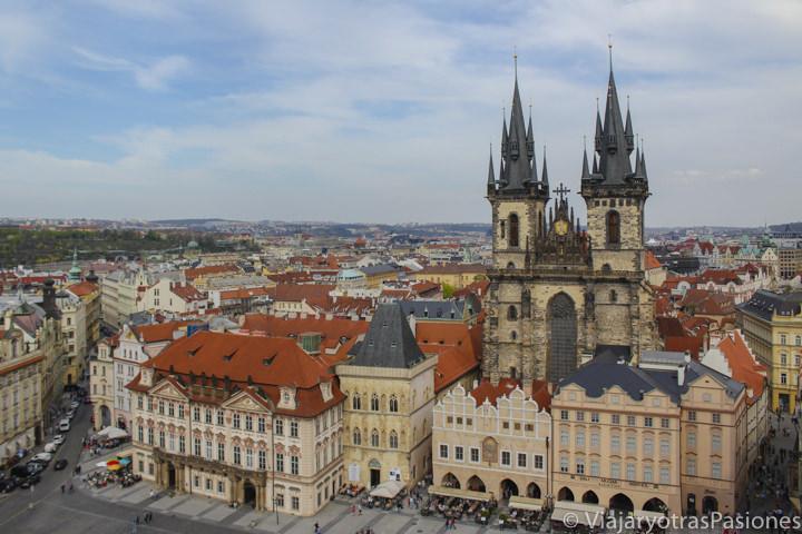Vista panorámica de la Plaza Vieja desde la torre del Antiguo Ayuntamiento en Praga