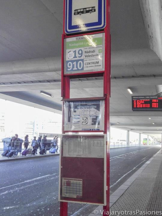 Parada del bus 119 en el aeropuerto de Praga, República Checa
