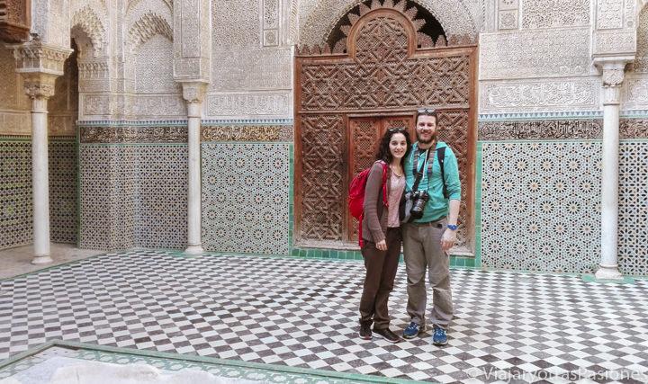 Pareja sonriente en la madrasa Al Attarine en qué ver en Fez en Marruecos