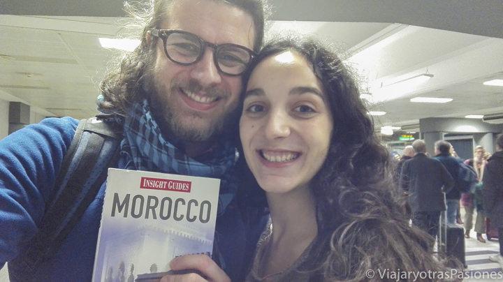 Pareja sonriente en camino de Marruecos en el aeropuerto de Stansted