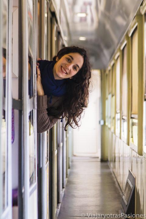 En el pasillo de los compartimentos de primera clase en los trenes para ir a Rabat desde Fez en Marruecos