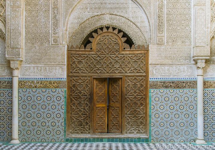 Maravillosa elaborada decoración en la madrasa al Attarine en la preciosa medina de Fez en Marruecos