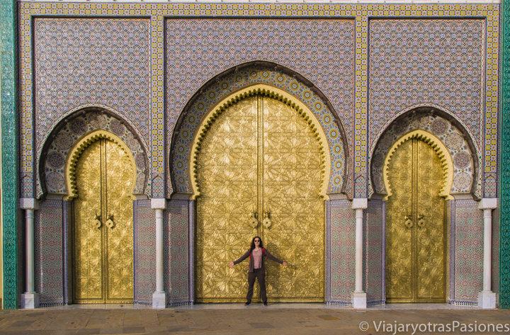 Las enormes puertas doradas del palacio real de Fez, Marruecos