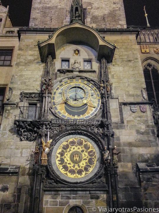 Vista del famoso Reloj Astronómico en la Plaza Vieja de Praga, República Checa
