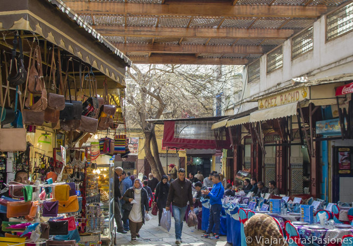 Callejón con restaurantes en la medina de Fez en Marruecos