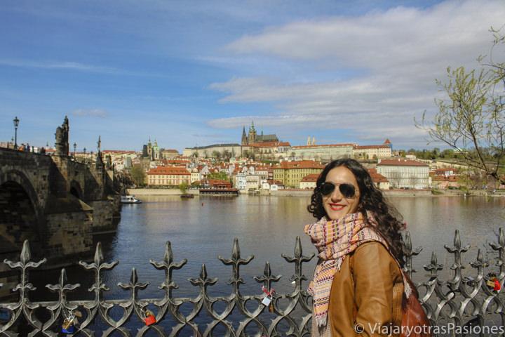 Hermoso panorama del puente de Carlos y del río Moldava en Praga