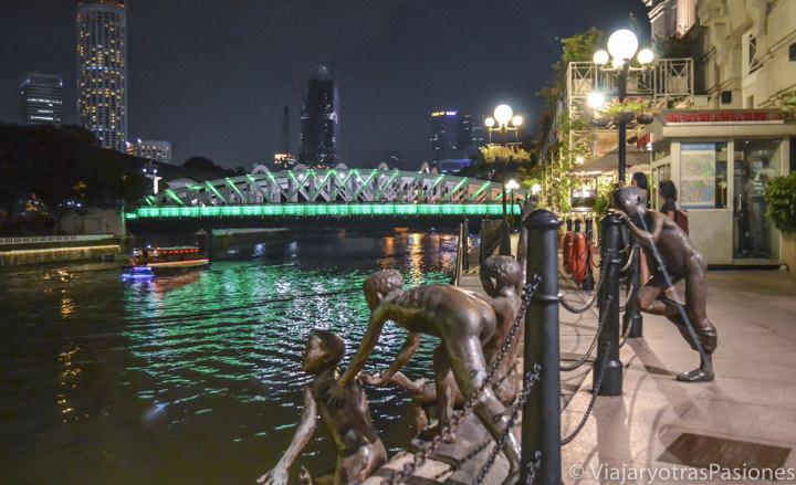 Estatuas a las orillas del río Singapur por la noche