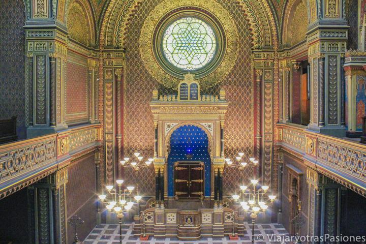 Interior de la hermosa Sinagoga Española en Praga, República Checa