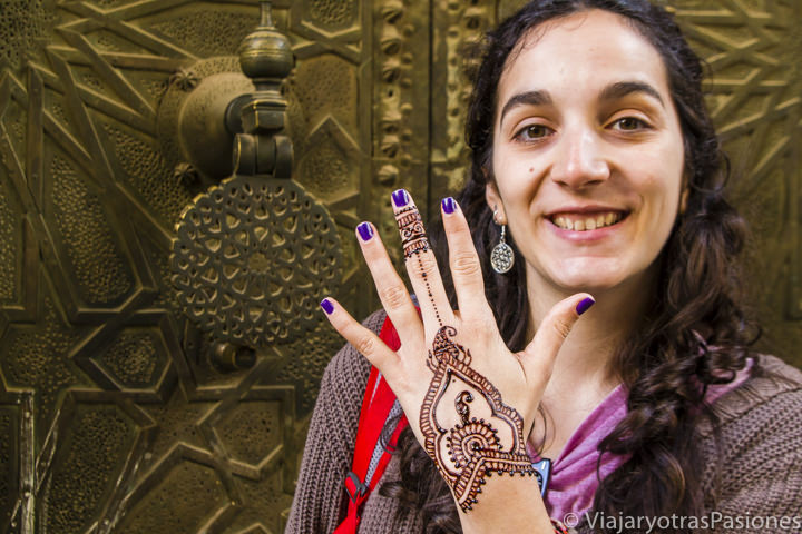 Tatuaje de Henna en la medina de Fez, Marruecos