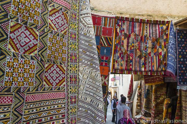 Preciosos y colorados tejidos en la medina de Fez en Marruecos