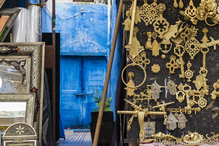 Bonito zoco y puerta azul en la preciosa medina de Rabat en Marruecos
