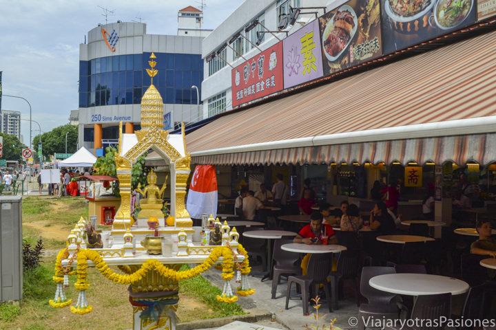 Típico food Court en un barrio de Singapur