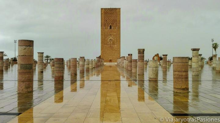 Imagen de la Torre de Hassan con lluvia, Rabat, Marruecos