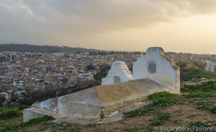 Atardecer y tumbas en la Necropolís Merinide en Fez en Marruecos