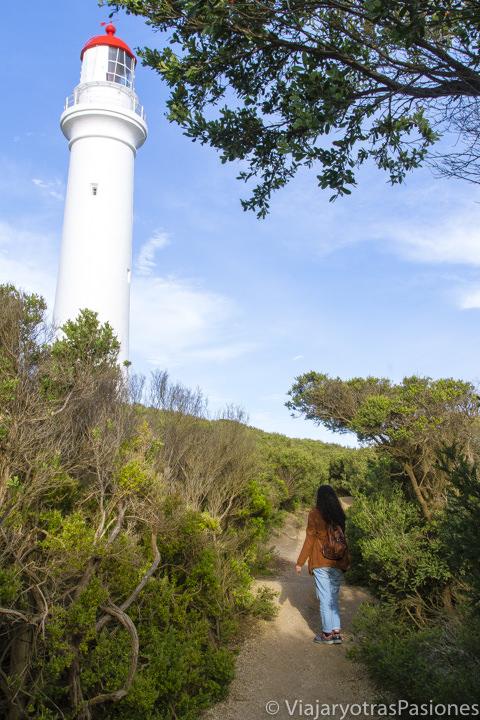 Mirando el bonito faro de Aireys Inlet en la Great Ocean Road en Australia