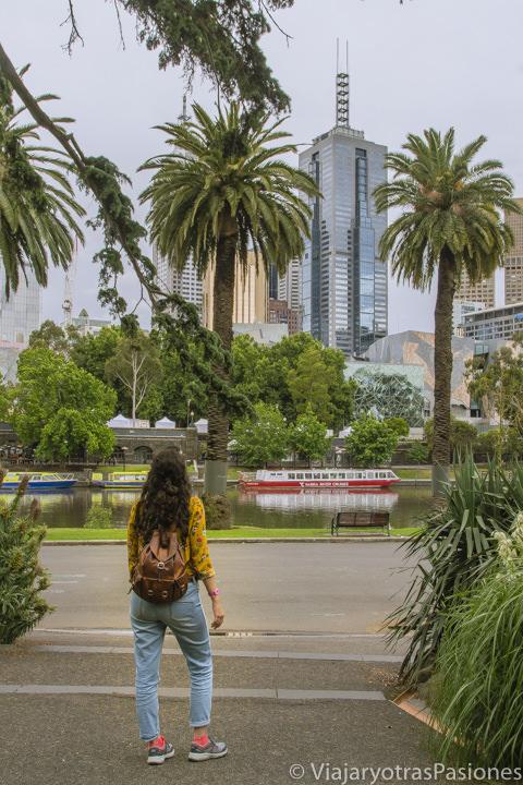 Bonita vista desde los Alexandra Gardens cerca del río Yarra en el paseo por Melbourne en un día en Australia