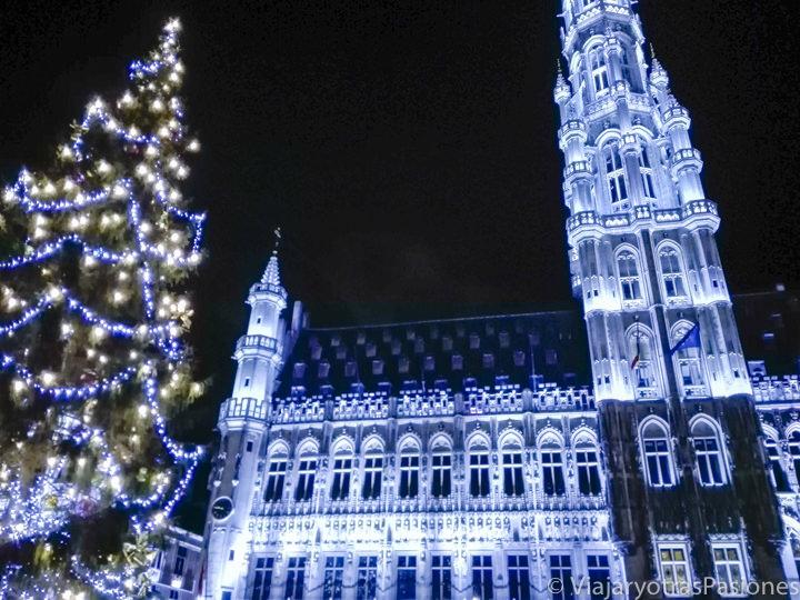 El ayuntamiento de Bruselas decorado por navidad en Bélgica