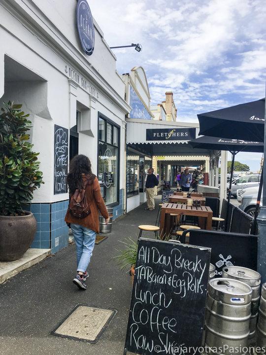 Explorando la calle principal de Queenscliff y sus tiendas en lo estado de Victoria en Australia