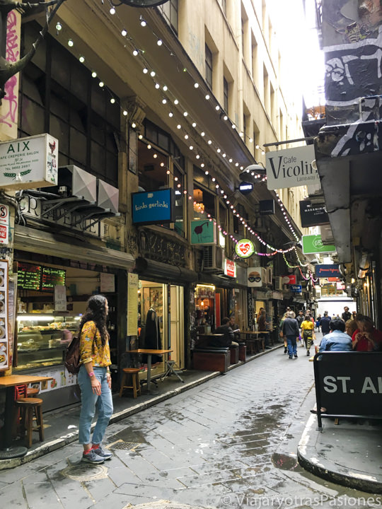 Mirando el bonito callejón de Central Place y sus tiendas en el CBD de Melbourne