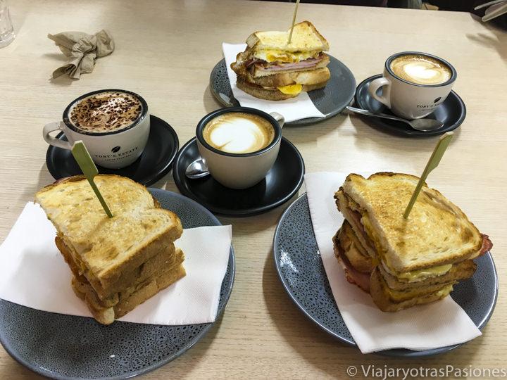 Desayuno espectacular con sandwiches y cafés en la Great Ocean Road en Australia
