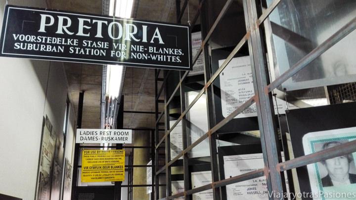 Interesante pasillo del museo del Apartheid en qué ver en Johannesburgo en Sudáfrica