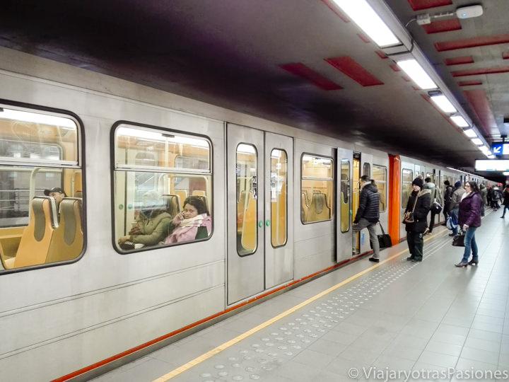 Típico tren de la metro de Bruselas, Bélgica
