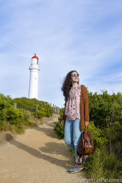 Sonriente en la bonita luz cerca del faro de Aireys Inlet en la Great Ocean Road en Australia