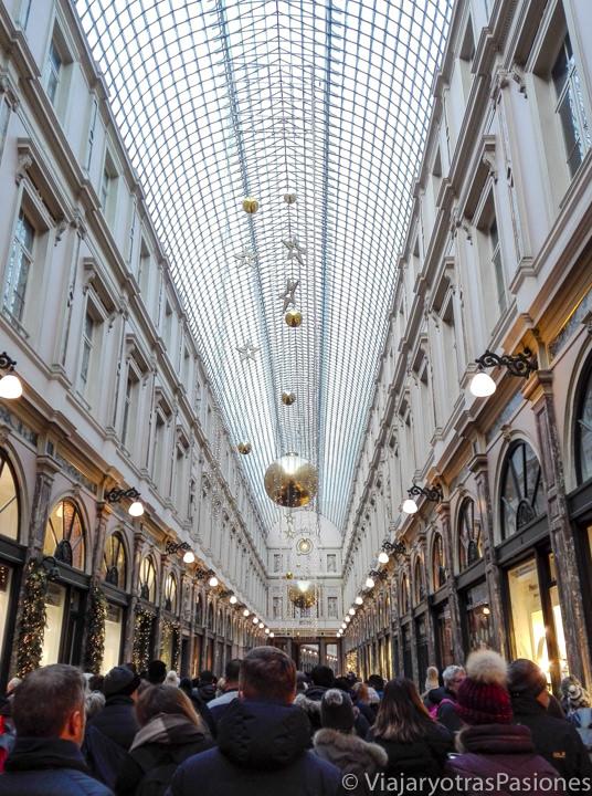 Interior lleno de gente en la galerías St.Hubert en Bruselas en un fin de semana, en Bélgica