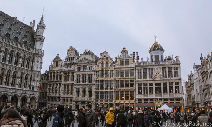 Preciosas fachadas en la Gran Place de Bruselas, Bélgica
