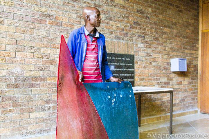 La guía en la iglesia de Regina Mundi mostra artefactos históricos en Johannesburg en Sudáfrica