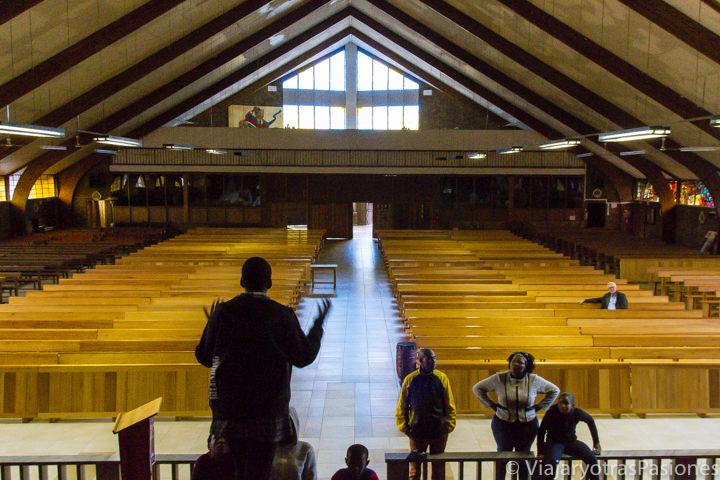 Grupo de chicos ensayando una obra de teatro en la iglesia Regina Mundi en Soweto, en qué ver en Johannesburgo en Sudáfrica