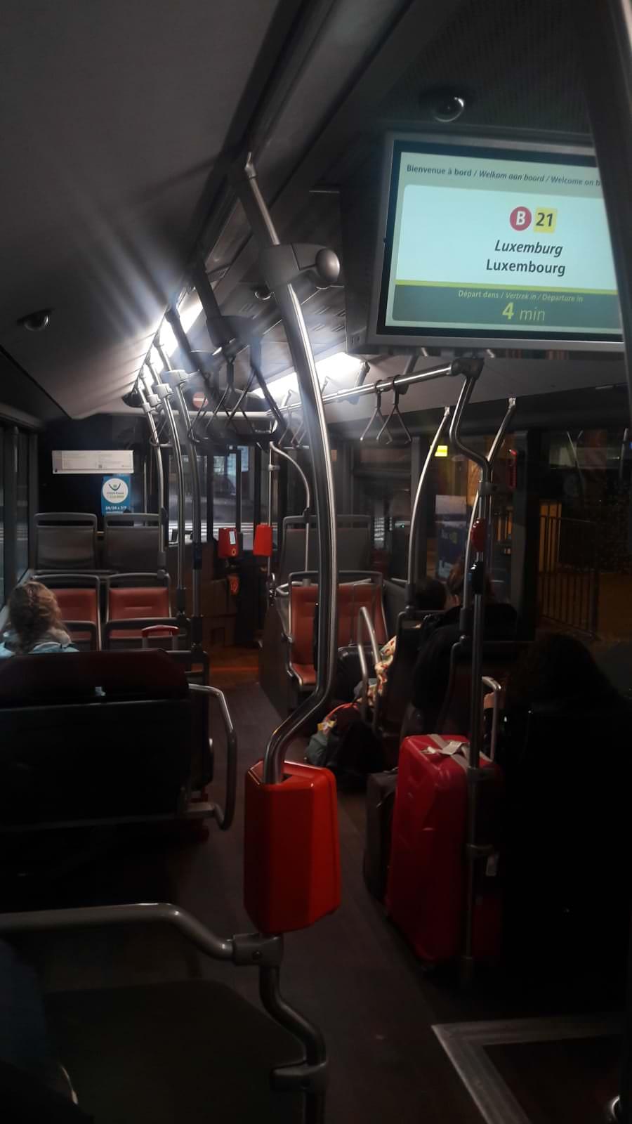 Interior del bus para ir desde el aeropuerto al centro de Bruselas, Bélgica