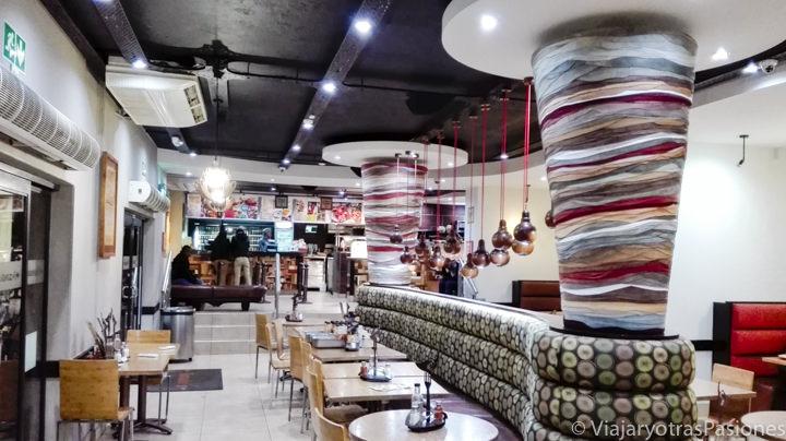 Típico interior de un Nando's en Johannesburgo en Sudáfrica